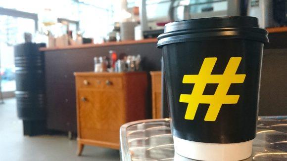 Die Raute als Wahrzeichen. Das #Hashtag ist ein modern gedachter Coffee-Shop zwischen Bürogebäuden und Betonbauten.