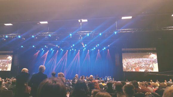 Die riesige Halle mit Platz für 2500 Leute ist fast voll. ©Julia Stürzl