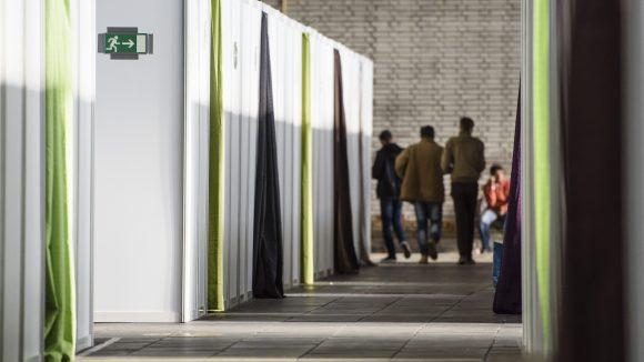 Die abgetrennten Boxen in Hangar 3 sollen ein Mindestmaß an Privatsphäre ermöglichen. (c) Clemens Bilan / dpa