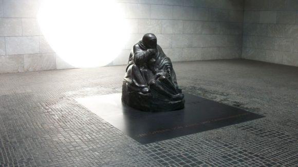Die Skulptur 'Mutter mit sterbendem Sohn' von Käthe Kollwitz in der Neuen Wache. (c) Robin Klapprodt