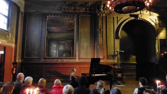Sonntagsmatinee im Spiegelsaal über Clärchens Ballhaus. Am Flügel sitzt Anastassiya Dranchuk.