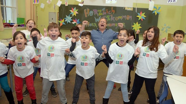 Gemeinsam schreien macht Spaß: Prof. Dr. Grönemeyer mit Grundschülern der Carl-Kraemer-Schule beim Haka-Tanz.