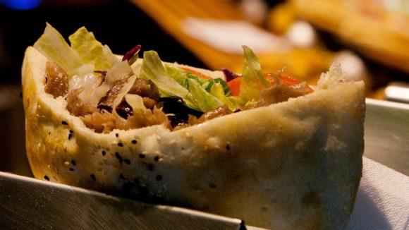 So kennen den Berliner Döner für den kleinen oder großen Hunger: mit Fleisch, Salat und Sauce in hellem Brot.