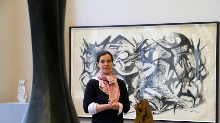 Wo Welten aufeinanderstoßen. Dorothea Schöne, Leiterin des Kunsthauses Dahlem, mit Werken von Hans Uhlmann im renovierten Gebäude.