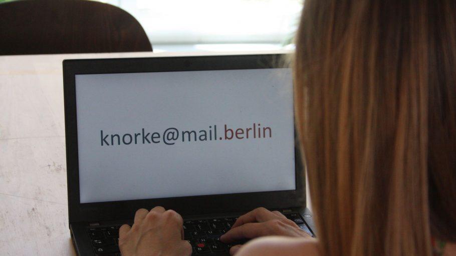 Frau vor geöffnetem Laptop, knorke@mail.berlin