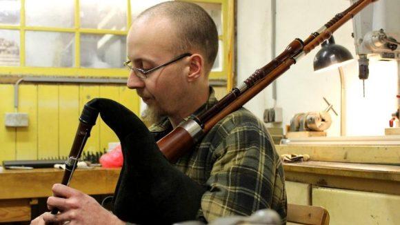 Sackpfeifer Matthias Branschke mit Dudelsack in seiner Manufaktur in Weißensee.