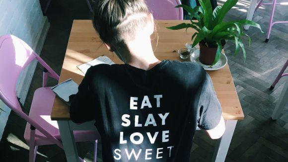 Eat Slay Love. Eine Anlehnung an das gleichnamige Zombie-Buch von Jesse Petersen? ©Promo