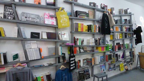 Die Regale im Laden sind tatsächlich schief. Hier stehen Bücher über elektronische Musikkultur, aber auch Schallplatten.