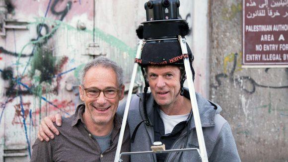 Eigenkreation: Die Kamera sitzt auf einem Flohmarkt-Helm und einer Kuchenform. ©Donschen/Medea Film
