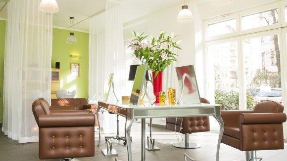 Ein bisschen wie im besonders hellen, freundlichen Wohnzimmer bei Kaeppchn. ©Kaeppchn Friseur
