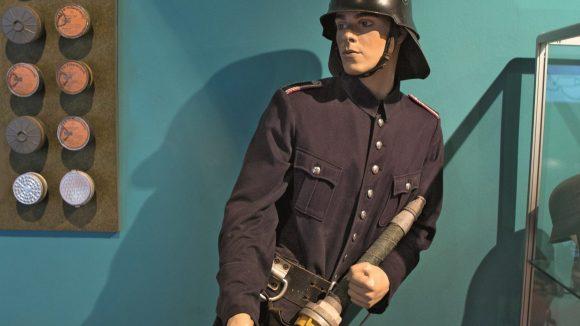 Ein lebensechter Feuerwehrmann im Feuerwehrmuseum.