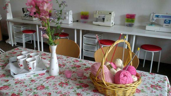 Ein Tisch zum gemeinsamen Arbeiten und Nähmaschinen im Café. ©Volkssolidarität Landesverband Berlin
