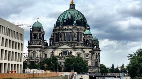 Ein Touri-Muss wenigstens von außen: Der Berliner Dom an der Spree. ©Gerlinde Jänicke