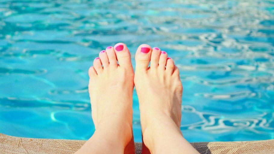 Im Freibad kann man gut die Füße und die Seele baumeln lassen.