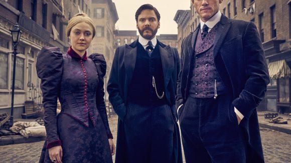The Alienist - die Einkreisung ist ein neuer Psychothriller mit Dakota Fanning (von links), Daniel Brühl und Luke Evans in den Hauptrollen.