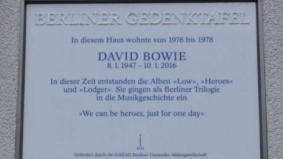 Eine Gedenktafel erinnert an Bowies Wohnort in Schöneberg. ©QIEZ