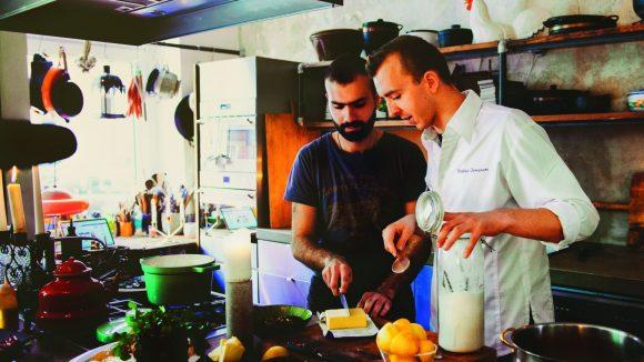 Zwei Experten am Herd: Wilfried Banquart, Chefkoch der französischen Botschaft Berlin, köchelt gemeinsam mit Mzkin Mattene, Küchenchef aus Syrien.
