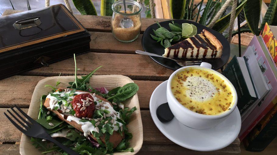 Im The Greens stehen gesunder Lunch und farbiger Latte auf dem Programm. Uns hat's sehr gut geschmeckt!