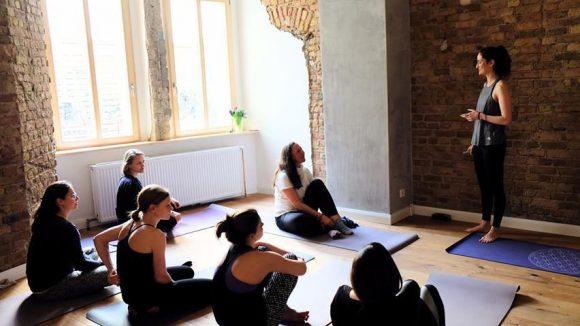 Einfache Yogaübungen für Anfänger oder Hatha Vinyasa Flow für Profis?