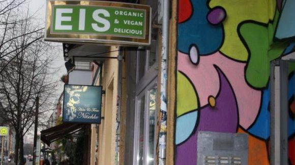 Nix mit Eis. Das Caramello in der Wühlischstraße bietet im Sommer veganes Eis. Im Winter hat es geschlossen.