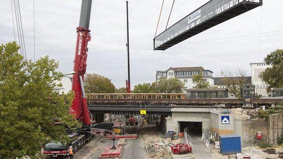 Einschwebende Brücke: Mit einem Spezialkran wurde der Fußgängerweg über die Treskowallee verlegt.