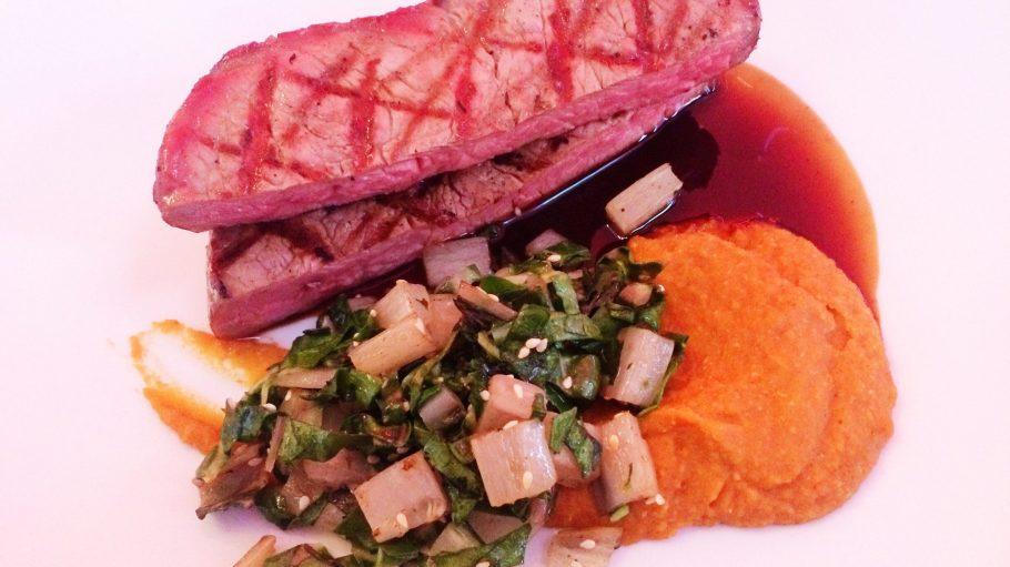 Was lange hängt, wird endlich gut: Das Fleisch im Filetstück kommt mindestens für drei, besser fünf Wochen in den Dry Age-Schrank und bekommt so seine nussig kräuterige Note.