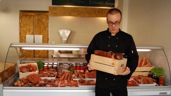 Eric von L'Herbivore vor dem veganen Saitan-Lupinen-Angebot. ©L'Herbivore