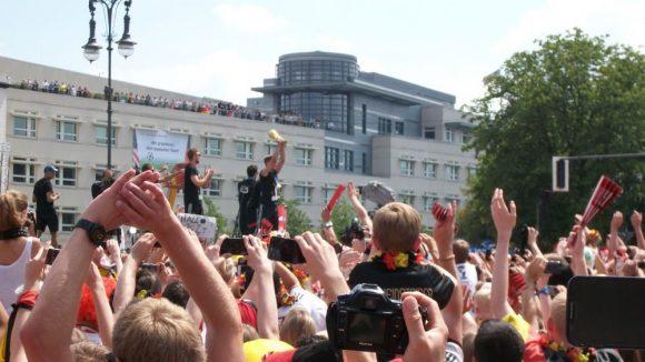 Der Dortmunder Erik Durm mit dem goldenen Pokal.