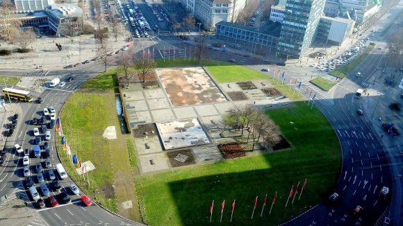 Kreisverkehr mit Mittel-Oase. So blickt man aus dem 22-stöckigen alten Telefunken-Hochhaus, das heute der Technischen Universität (TU) dient, auf den Ernst-Reuter-Platz.