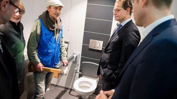 Zur Eröffnung des neuen Hygienecenters für Obdachlose am Bahnhof Zoo kam auch die Polit-Prominenz: Der Regierende Bürgermeister Michael Müller (2.v.r.) inspizierte gemeinsam mit Gesundheitssenator Mario Czaja die Toiletten. Der Mann mit dem Schlüssel ist Dieter Pohl, Leiter der Bahnhofsmission am Zoologischen Garten.
