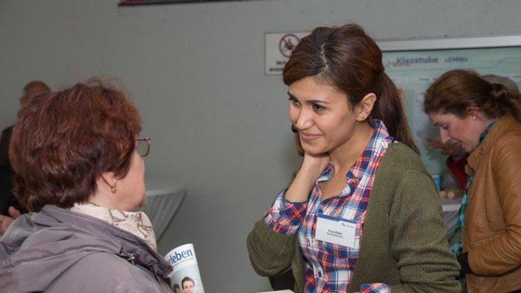 """Auch eine Gesundheitsberaterin steht den Besuchern der neuen Kiezstube ab sofort zur Seite. Bei der Eröffnung der """"EMSI"""" stellt sie sich den Anwohnern vor."""