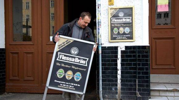 Erste tägliche Handgriffe beim Öffnen der Brauerei. ©Anne Winkler