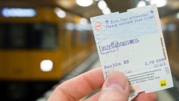 Wenn es nach der Piratenpartei geht, soll die Fahrscheinpflicht in öffentlichen Verkehrsmitteln bald der Vergangenheit angehören. Dass ein fahrscheinloser ÖPNV möglich ist, haben sie in einer anderthalbjährigen Studie untersuchen lassen.