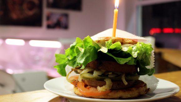 Fast wie BigMac schmeckt der vegane Bio-Geburtstags-Burger im Friedrichshainer Bistro. ©QIEZ