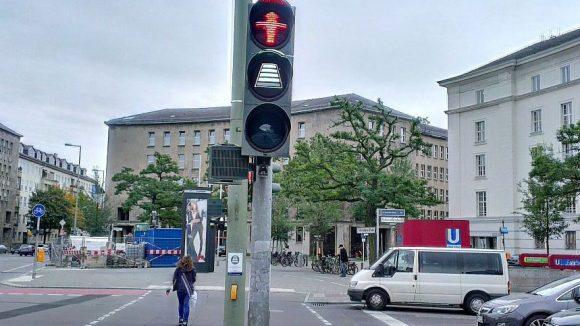 Vier Striche bedeuten noch acht Sekunden Zeit, um die Straße zu überqueren - erlaubt ist das jedoch nur für den, der sich schon auf der Straße befindet.