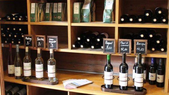 Feines Weinsortiment erwartet dich auf dem Weingut Klosterhof. ©FöL