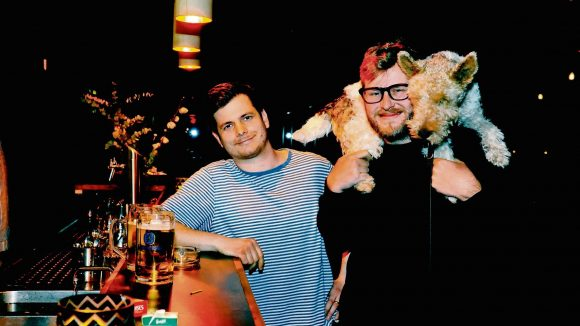 Felix Hansen (links) und Beat Gottwald wollen das ehemalige Magnet an der Falckensteinstraße neu beleben. Hund Fred ist immer dabei.