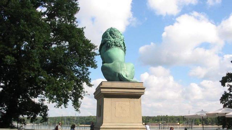 Der Flensburger Löwe genießt einen wunderschönen Blick auf das Wasser des Großen Wannsees.