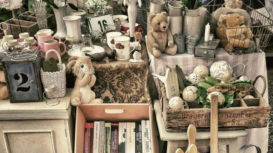 Wer alten Trödel loswerden will, sollte im eigenen Garten mal einen Hinterhof-Flohmarkt veranstalten. Das tut auch der Nachbarschaft gut!