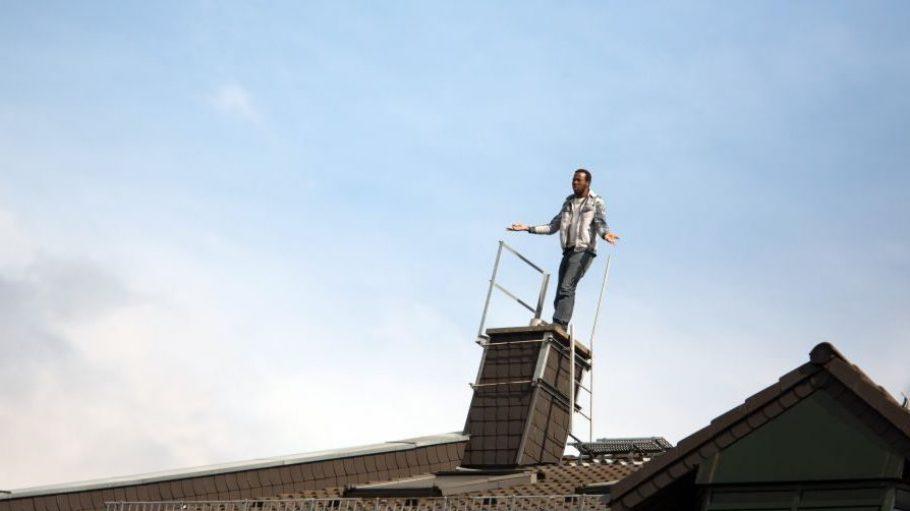 Seit Dienstag harren die Flüchtlinge auf dem Dach des Hostels in der Gürtelstraße aus.