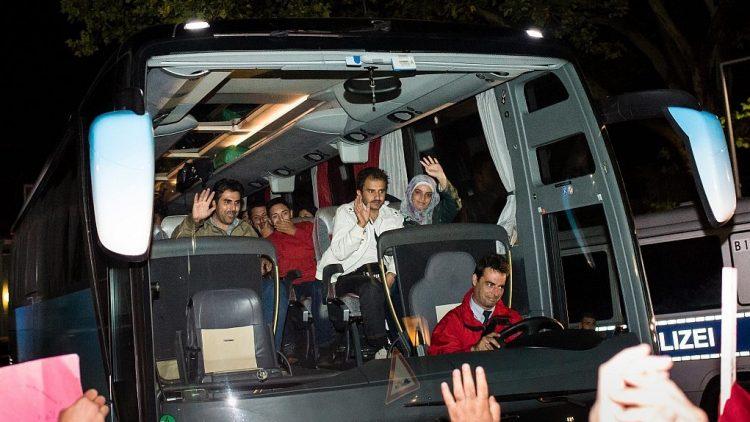 Die ersten Flüchtlinge aus Ungarn kamen in der Nacht mit Bussen in der Unterkunft in der ehemaligen Schmidt-Knobelsdorf-Kaserne in Spandau an.