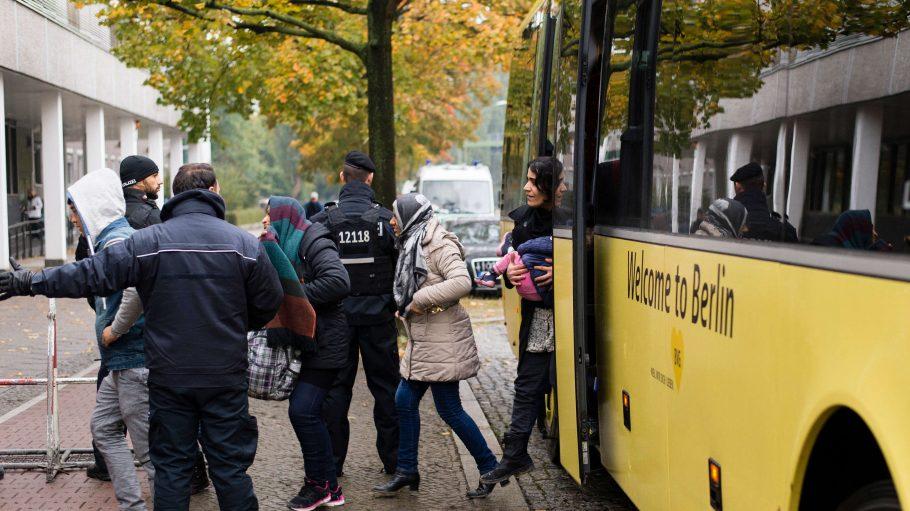 In der neuen Erstaufnahmeeinrichtung in Wilmersdorf suchen Flüchtlinge Hilfe. Ein Makler versuchte nun, mit Vorurteilen gegen die Ankömmlinge, neue Objekte zu aquirieren.