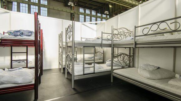 Diese Doppelstockbetten eines schwedischen Einrichtungshauses werden ab heute für unbestimmte Zeit zum Refugium vieler in Berlin eintreffender Flüchtlinge.