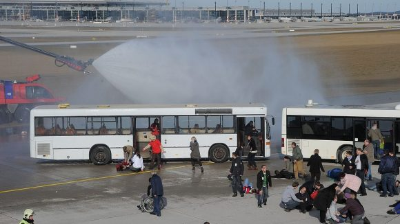Hier handelt es sich nur um eine Übung am künftigen Flughafen BER, doch wären die Verletzten im Ernstfall im Klinikum Neukölln gut aufgehoben?