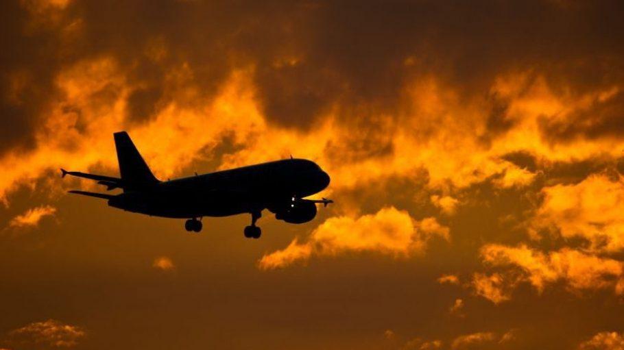 So schön kann es aussehen, wenn ein Passagierflieger im brandenburgischen Selchow zur Landung am Flughafen Schönefeld ansetzt. Viele Berlin-Touris halten die Stimmung am SXF aber für gar nicht rosig.