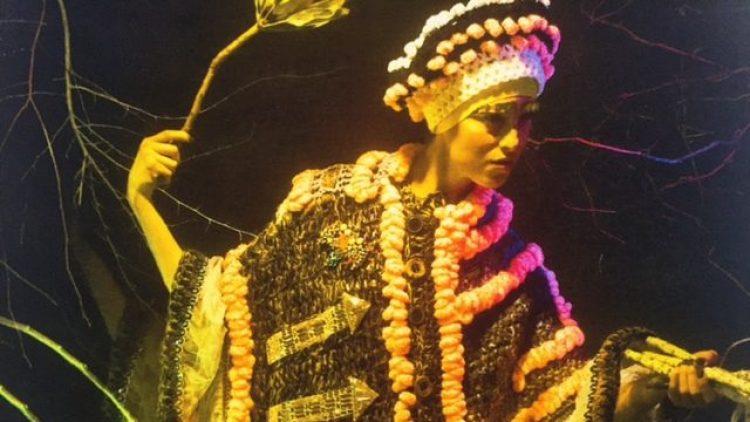 Bei Fräulein Brösel sind schöne Models in bemerkenswerten Kostümen von Tata Christiane zu sehen - gedruckt auf Seide.