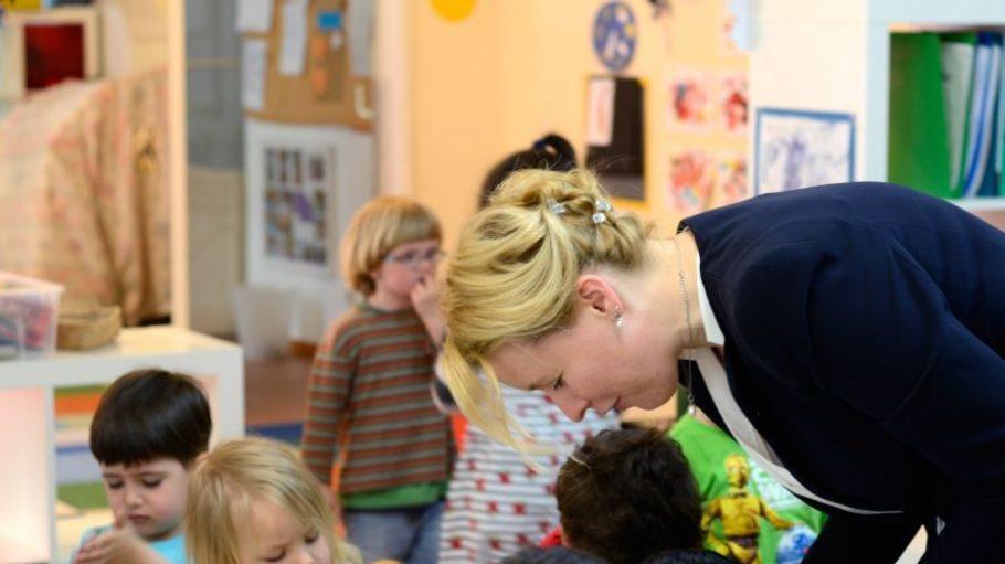 Neuköllns Bürgermeisterin Franziska Giffey in einer Kita in Nord-Neukölln. Den Erziehermangel dort müssen andere ausgleichen.