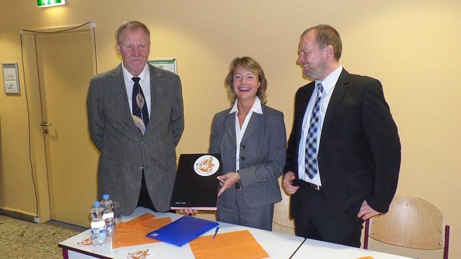 Lachende Partner: VSJ-Vorsitzende Claudia Zinke und Stefan Komoß (r.) nach der Vertragsunterzeichnung. Neben ihnen steht Dr. Wolfgang Kieke vom Bezirkssportbund.