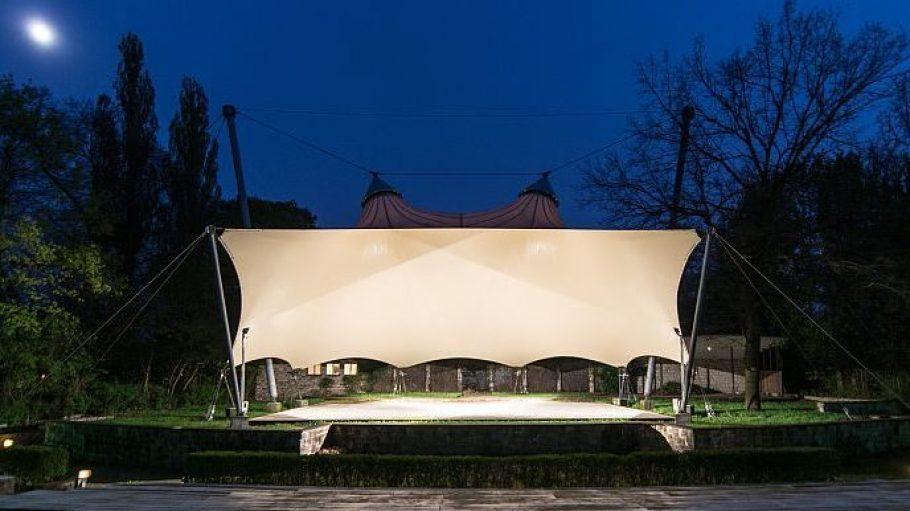 In heimeliger Atmosphäre lässt es sich auch nach Sonnenuntergang gut in der Freilichtbühne Weißensee aushalten.