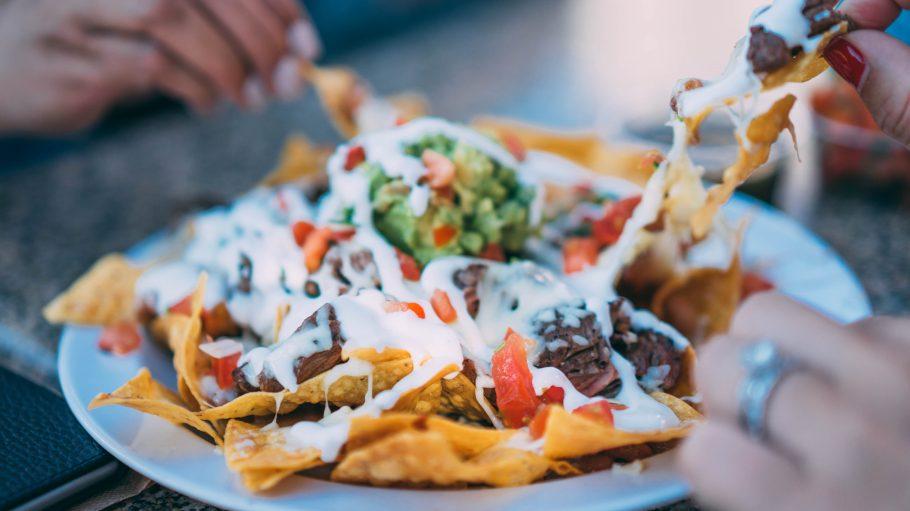Mexikanisches Essen ist tendenziell nichts für die Kalorienbilanz, dafür umso mehr für die Seele. Bestes Beispiel: Nachos mit viel Käse, Fleisch und Guacamole.